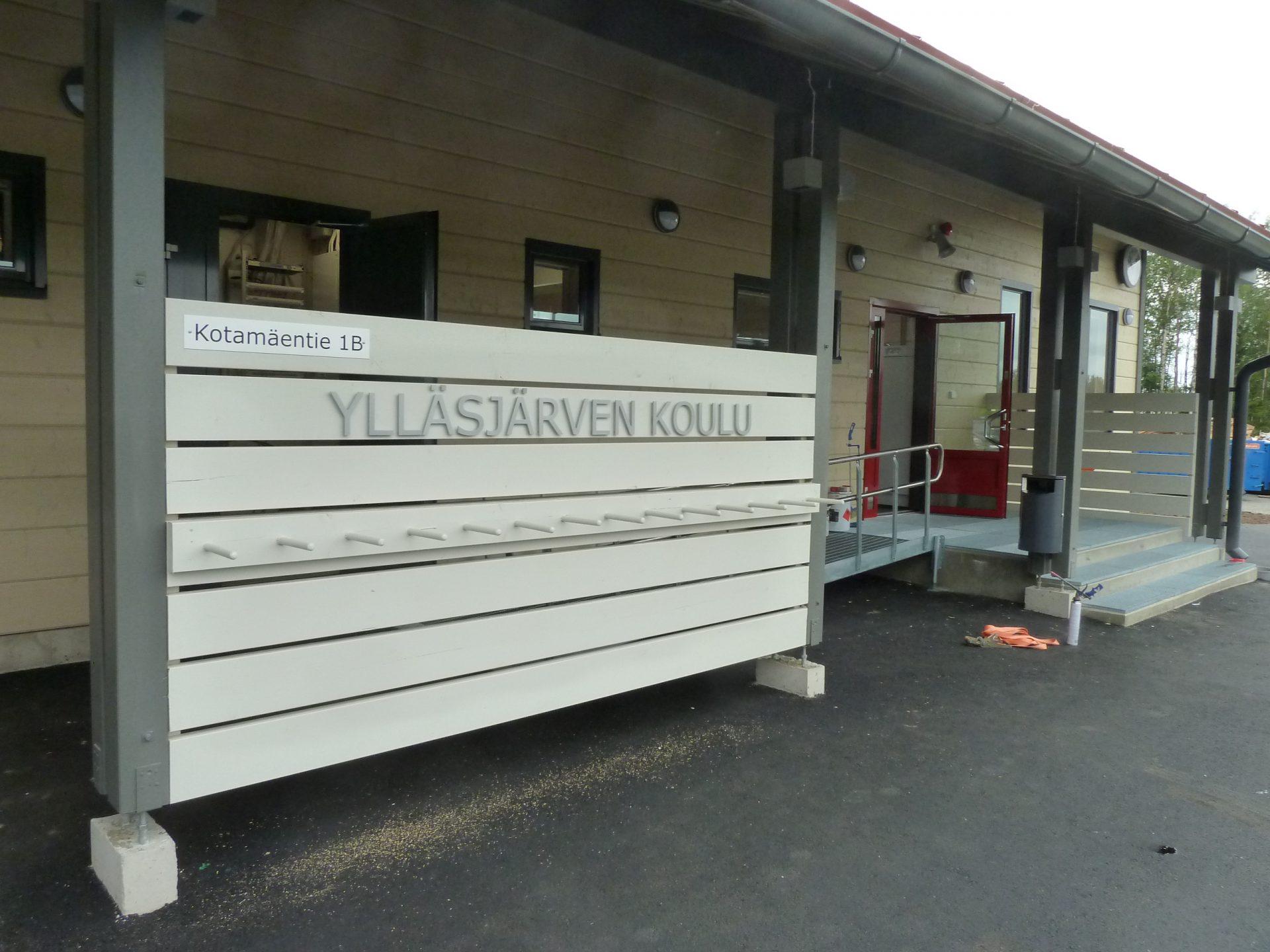 Ylläsjärven koulu sisäänkäynti